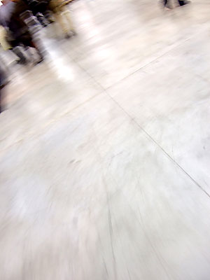 Pavimentazione vuota a tratti di gente ad ArteFiera 2007